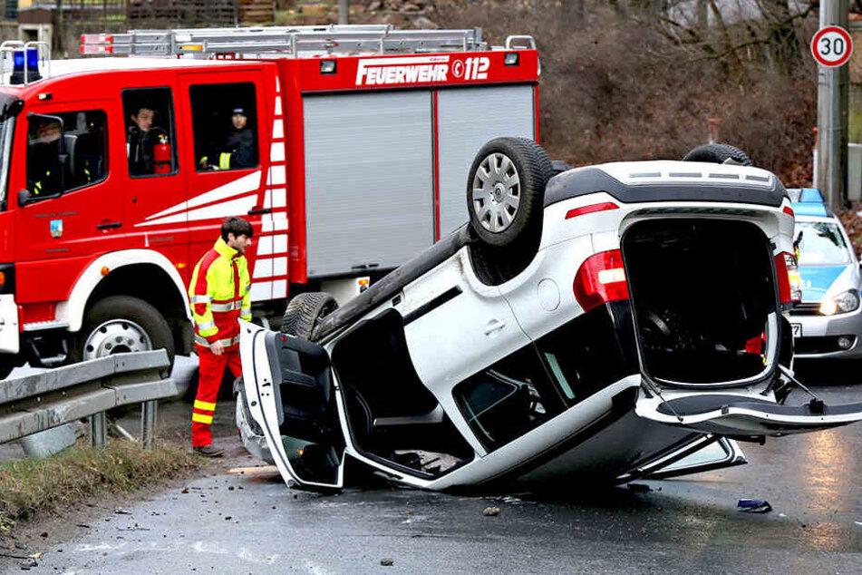 Auch die Feuerwehr war vor Ort. Die Polizei ermittelt zur Unfallursache.