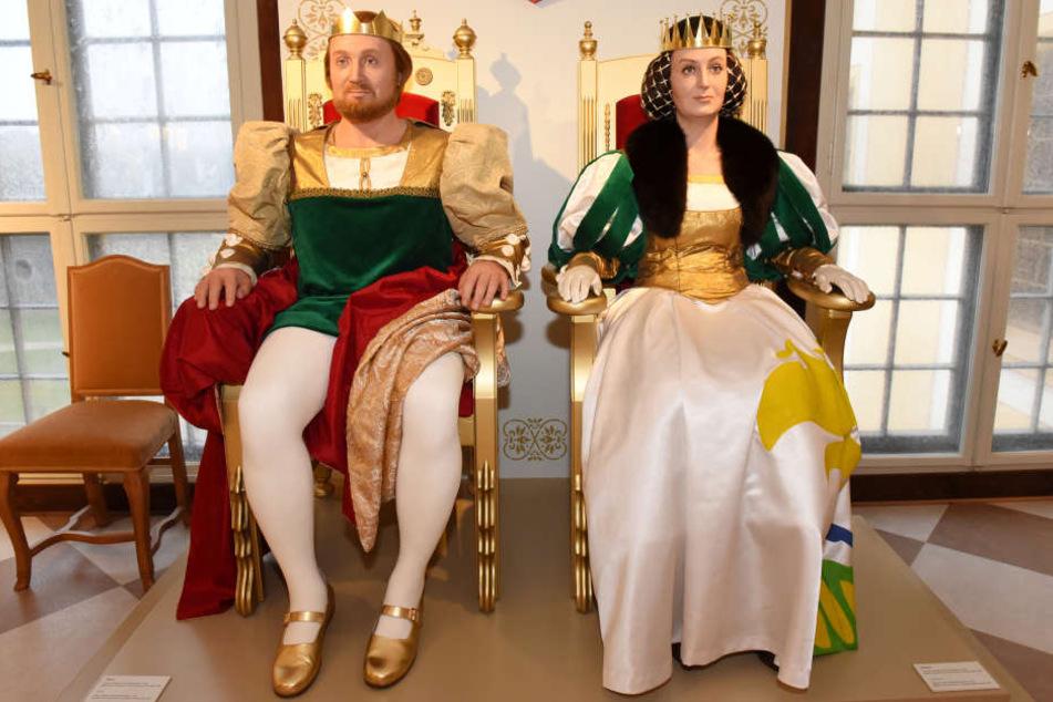 Hier kann sich Altmeister Rolf Hoppe (85, l.) bei einem Besuch in die Augen  schauen: Die Wachsfiguren des Königspaars wurden in einer Berliner Manufaktur  neu angefertigt.
