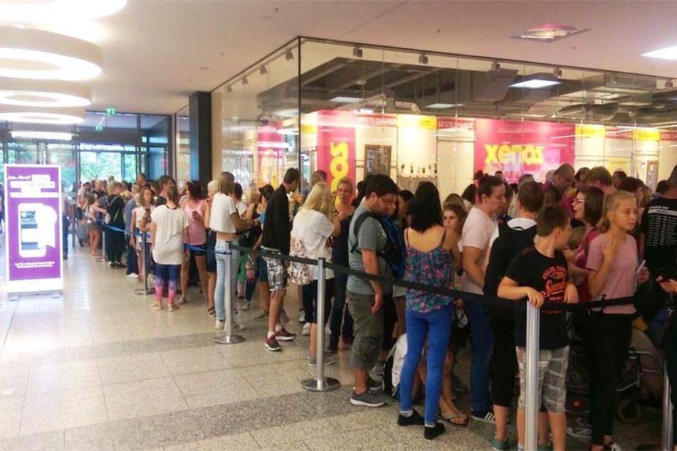 Ausnahmezustand im Paunsdorf Center: Hunderte Fans pilgerten am Donnerstag zur Autogrammstunde von Vanessa Mai.