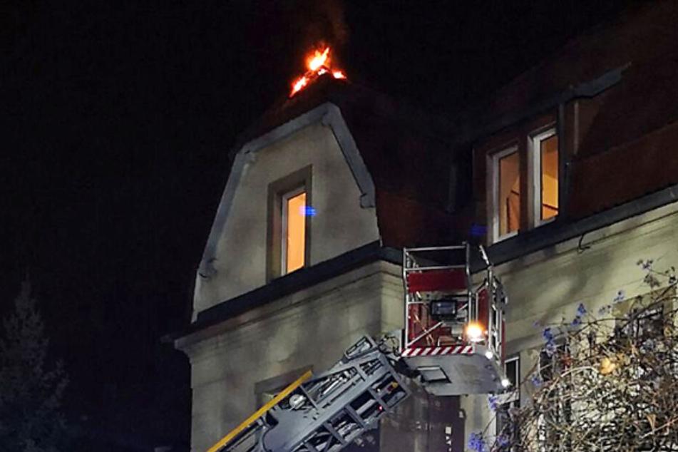 Auf der Altenberger Straße stand ein Dachstuhl in Flammen.