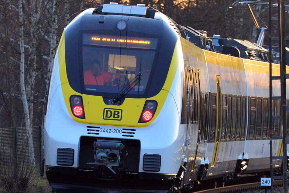 """Der Zug vom Typ """"Talent 2"""" des Bahnherstellers Bombardier fährt über eine Teststrecke."""
