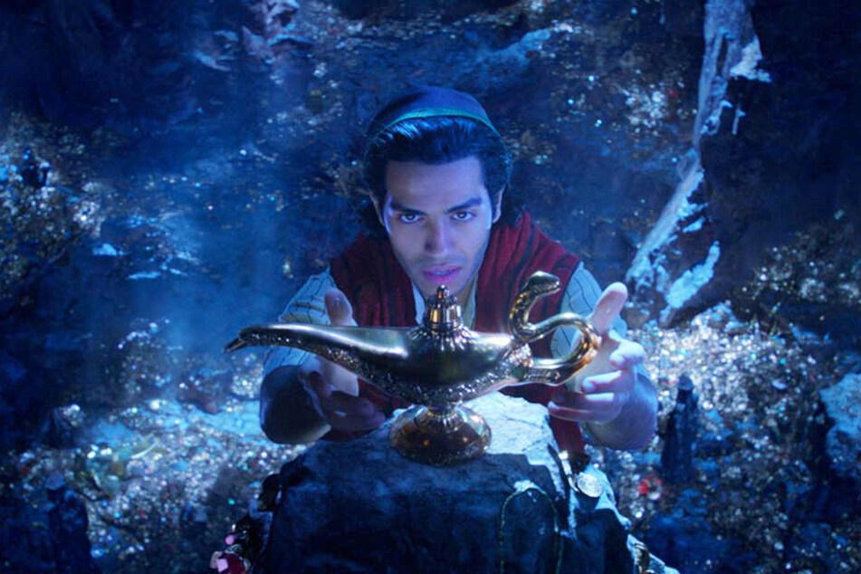Aladdin (Mena Massoud) greift in der Höhle nach der magischen Lampe.