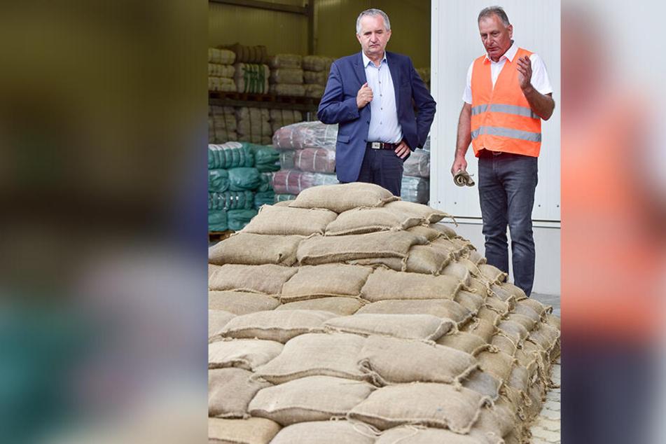 In der Flussmeisterei Chemnitz hatte sich Umweltminister Thomas Schmidt (57) bei seinem letzten Besuch auch die Vorräte an Sandsäcken und anderen Notfallmitteln angeschaut.