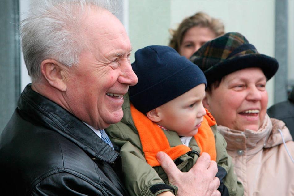 In Neuhardenberg entstand 2007 diese Aufnahme. Sie zeigt Sigmund Jähn mit  seiner Frau Elke und seinem Enkelchen Jakob.