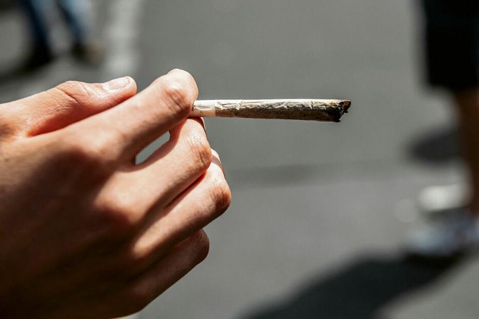 Den Joint in der Hand - die SPD möchte Cannabis legalisieren.