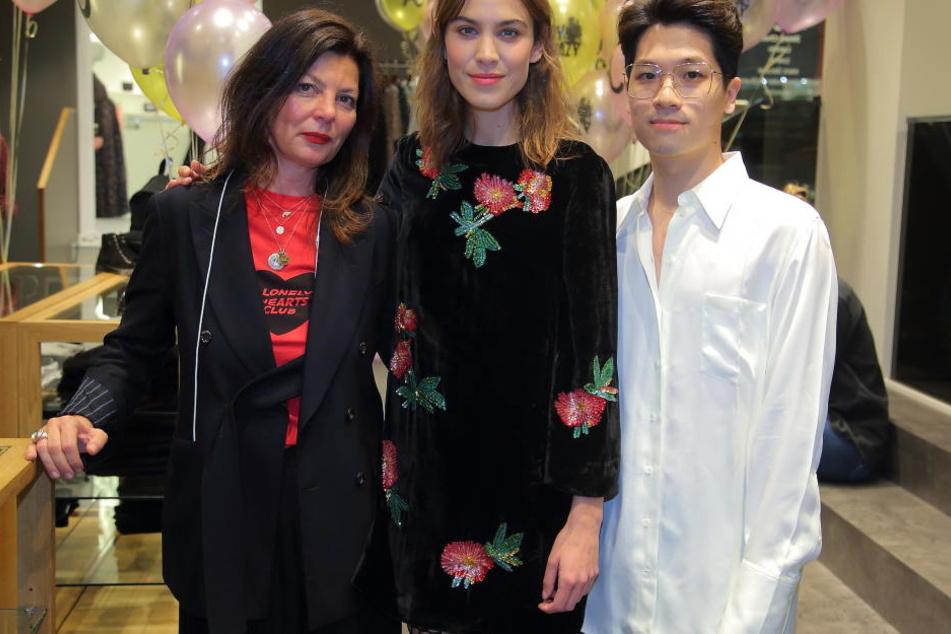 """Modebloggerin Alexa Chung am Mittwochabend mit """"La Boutique""""-Geschäftsführer Limin Ruan (30) und Einkäuferin Linda Horbach."""