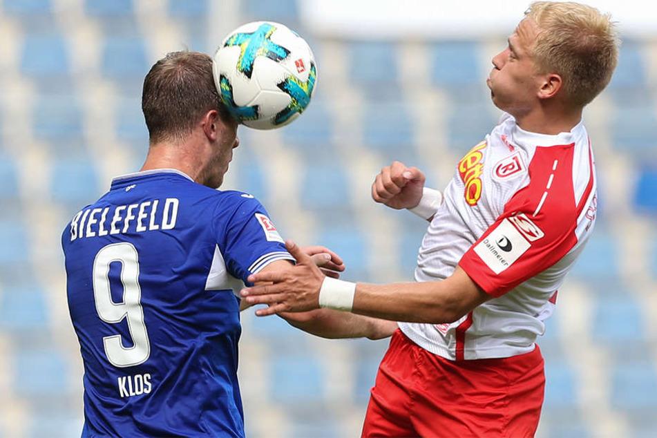 Fabian Klos im Kopfballduell mit Jahn-Spieler Alexander Nandzik.