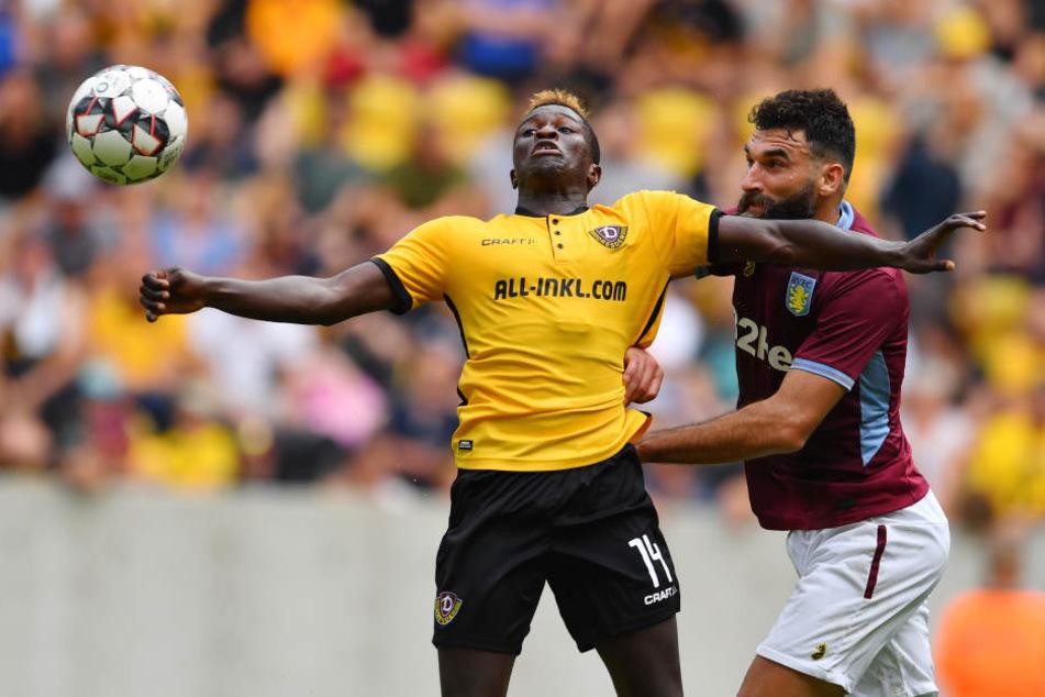 Moussa Koné nutzte in der ersten Hälfte einen Fehler des Torhüters von Aston Villa zum 1:0 für Dynamo.