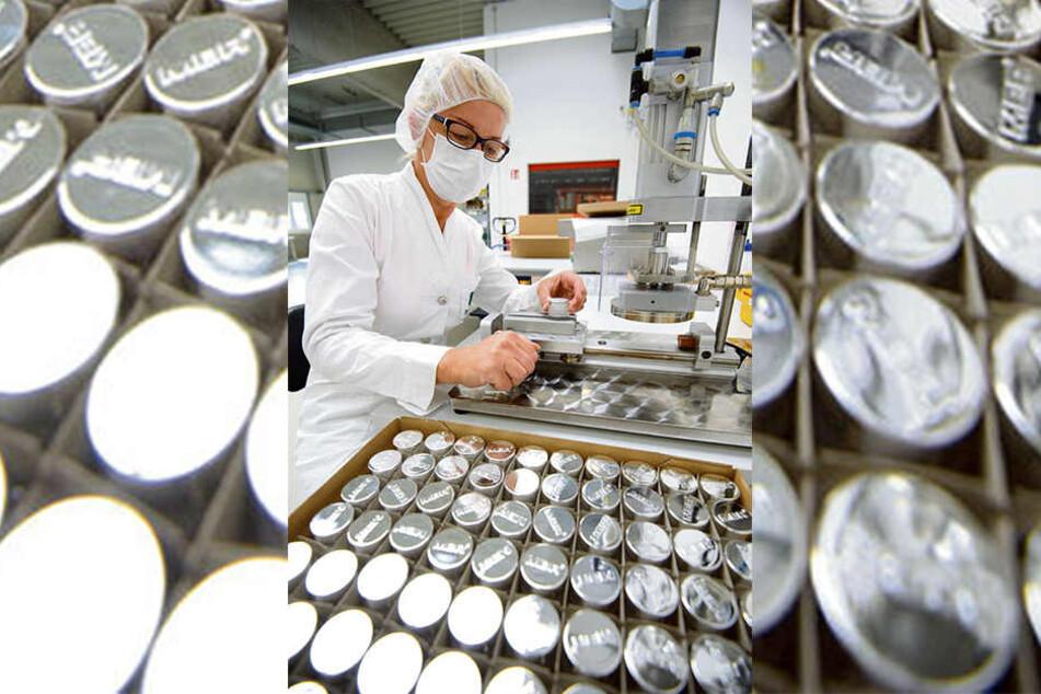 In Asien gefragt: Die Hautpflege der Bad Schlemaer Luxuskosmetik-Manufaktur Medical Beauty Research (MBR) durchläuft vier bis fünf Qualitätskontrollen - hier versiegelt Mitarbeiterin Jana Le (49) die Cremedosen von Hand.