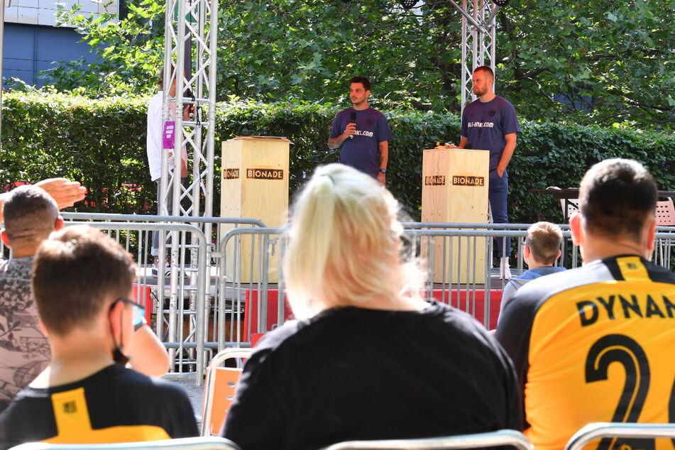 Autogrammstunde der Dynamos, verbunden mit einer Talkrunde: Philipp Hosiner und Sebastian Mai (r.) waren gestern im Augusto-Sommergarten im Haus der Presse zu Gast.