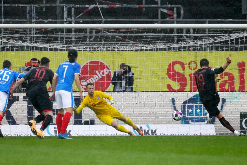 Andreas Albers (r.) trifft vom Elfmeterpunkt mit Glück zum 1:0 für Regensburg. Kiels Keeper Thomas Dähne (2.v.r.) kommt noch an den Ball, kann ihm aber keine entscheidende Richtungsänderung mehr verpassen.