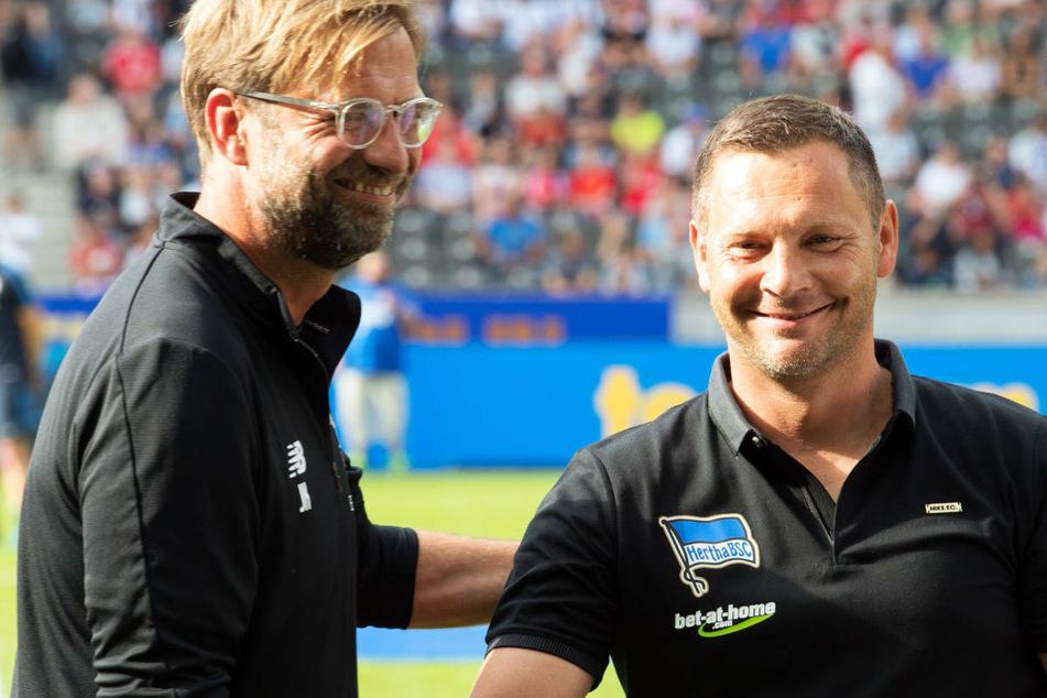 Hertha-Coach Pal Dardai (45, r.) und Liverpool-Trainer Jürgen Klopp (54) werden sich nach 2017 erneut bei einem Freundschaftsspiel gegenüberstehen. (Archivfoto)