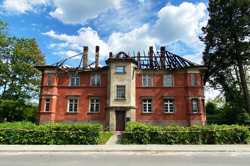 Der Tag danach: Das Haus ist nun unbewohnbar und womöglich einsturzgefährdet. Die Grundmauern nahmen starke Schäden.