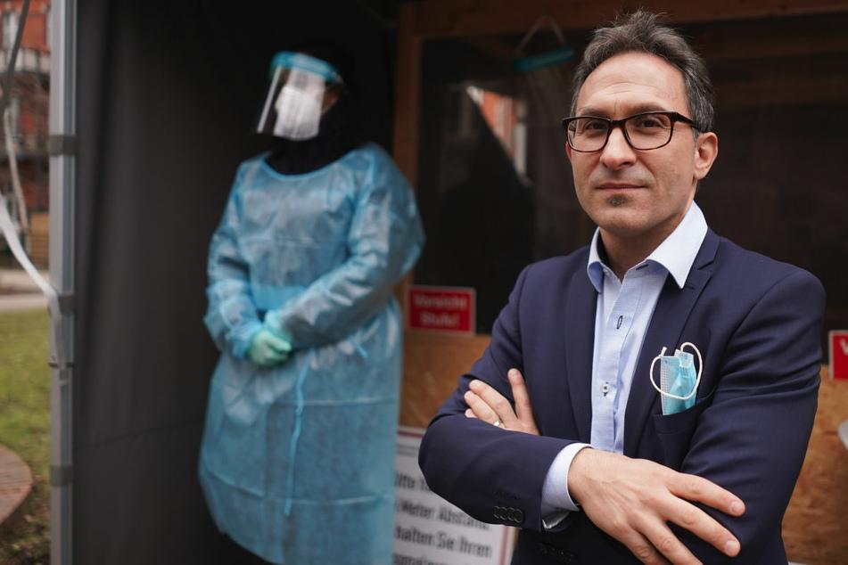 Amtsarzt Nicolai Savaskan steht vor dem Corona-Testzentrum des Gesundheitsamtes Neukölln. Er plädiert für eine baldige Lockerung des Lockdowns.