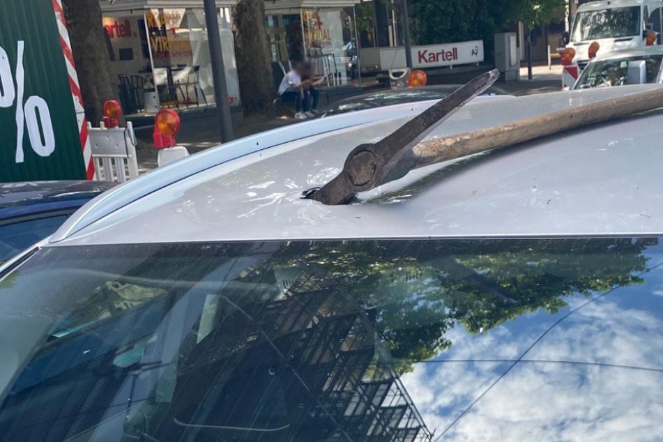 Fahrer wartet an Ampel, dann durchschlägt eine Spitzhacke das Autodach