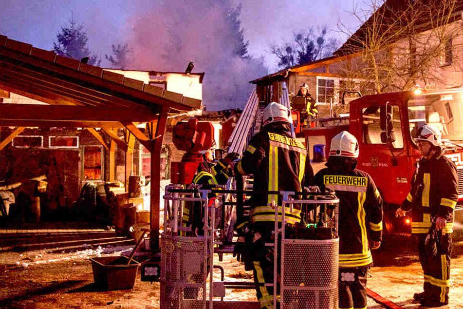 In letzter Minute gelang es den Kameraden, ein Übergreifen der Flammen auf das angrenzende Wohnhaus zu verhindern.