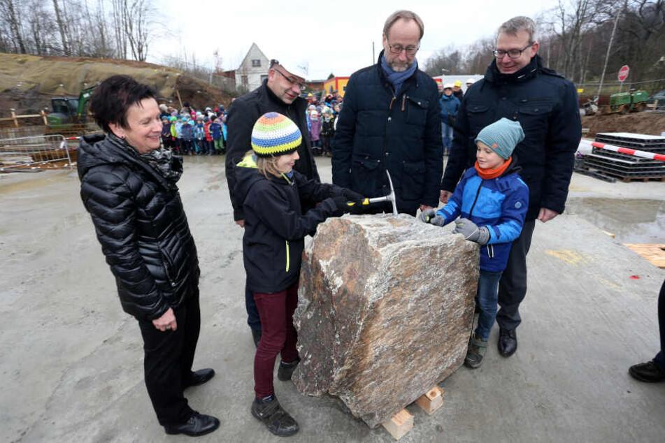 Schulleiterin Marion Hofmann und OB Sven Krüger (r.) waren bei der Grundsteinlegung dabei.