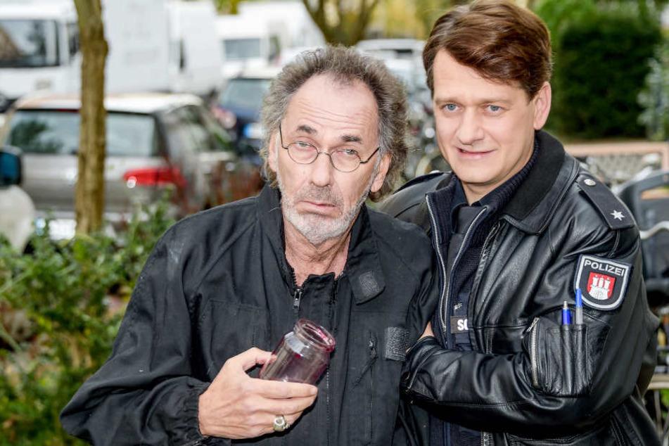 Hugo Egon Balder spielt im Großstadtrevier einen Einbrecher und wird von Schauspieler Sven Fricke als Polizist Dirk Schirmer festgenommen.