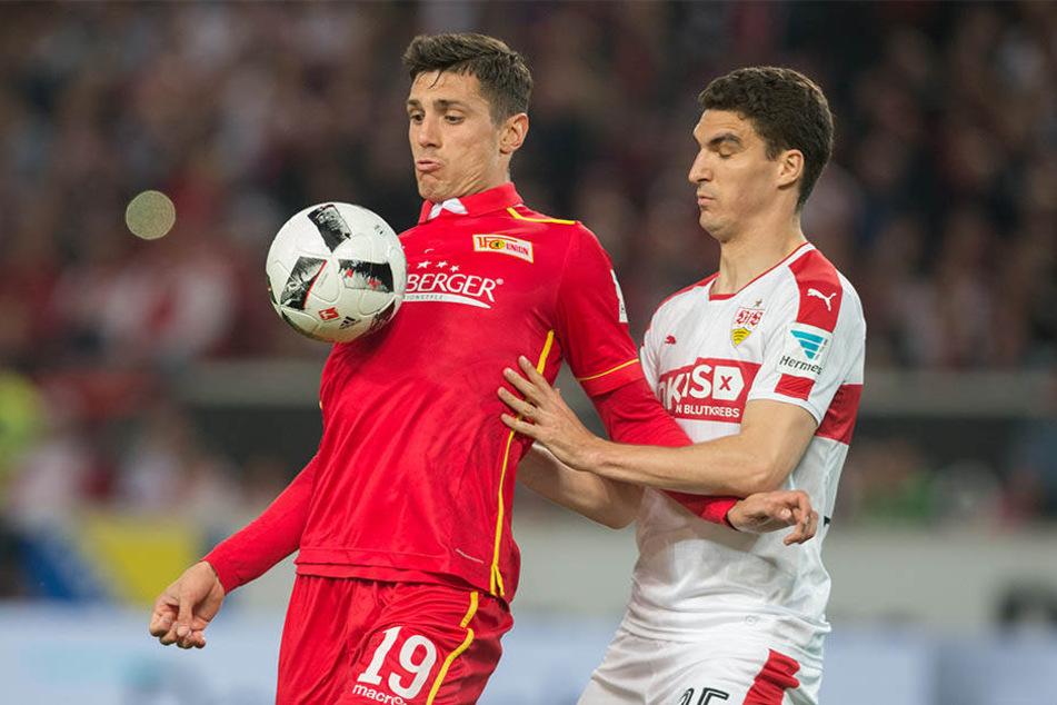 Damir Kreilach (l.) behauptet sich gegen Stuttgarts Marcin Kaminski.