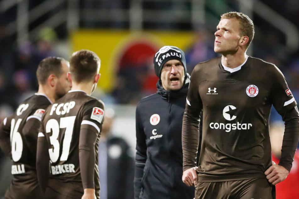 Stürmer Henk Veerman war nach seinem verschossenen Elfmeter in Kiel untröstlich.