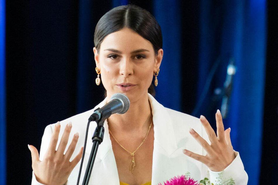 Lena Meyer-Landrut spricht in der Hochschule Ansbach während der Verleihung des Bildungspreises.