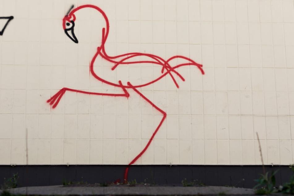 Der Künstler soll zwei solcher Flamingos an Gebäude in Düsseldorf gesprayt haben.