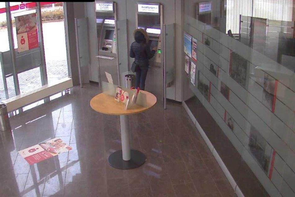 In der Sparkasse in Spradow hob die Diebin das Geld ab.