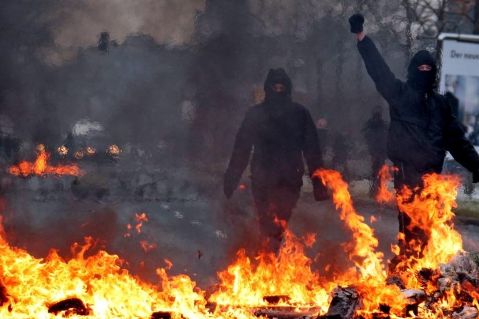 Autonome lassen Barrikaden brennen. Auch dabei können Polizisten verletzt werden.