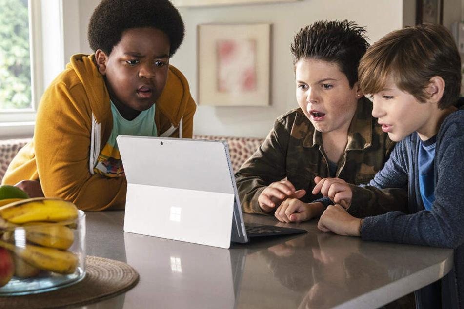 Max (r., Jacob Tremblay), Thor (M., Brady Noon) und Lucas (Keith L. Williams) googlen nach Küssen - und landen auf einer Porno-Seite!