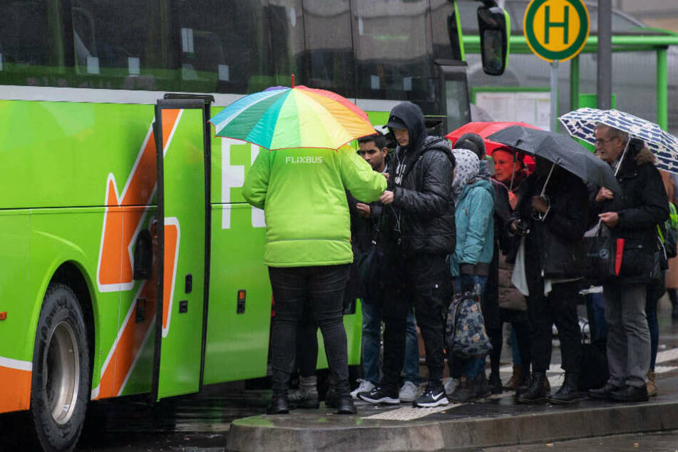 Fahrgäste besteigen einen Bus der Firma Flixbus. (Symbolbild)
