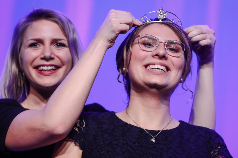 Die bisherige Weinkönigin Julia Böcklen setzt der neuen württembergischen Weinkönigin die Krone auf.
