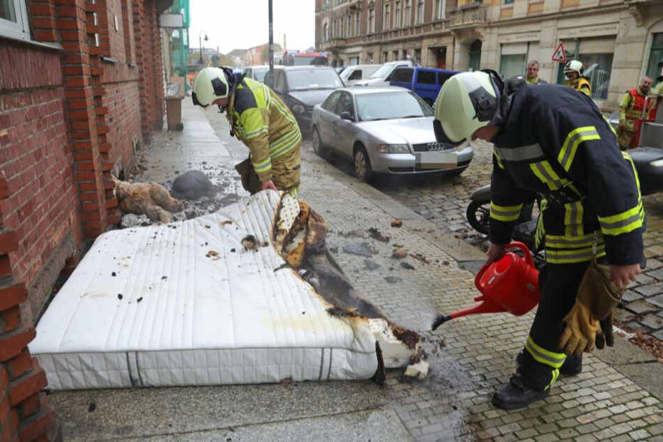 Auf dem Bürgersteig wurde die Matratze vollständig gelöscht.