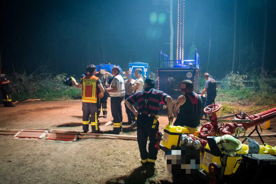 Auch in der Nacht waren die zahlreichen Löscharbeiter im Einsatz.
