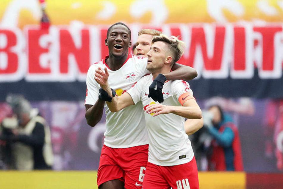 Ibrahima Konaté (l.) feiert mit Torschütze Kevin Kampl den vierten Ligasieg in Folge.