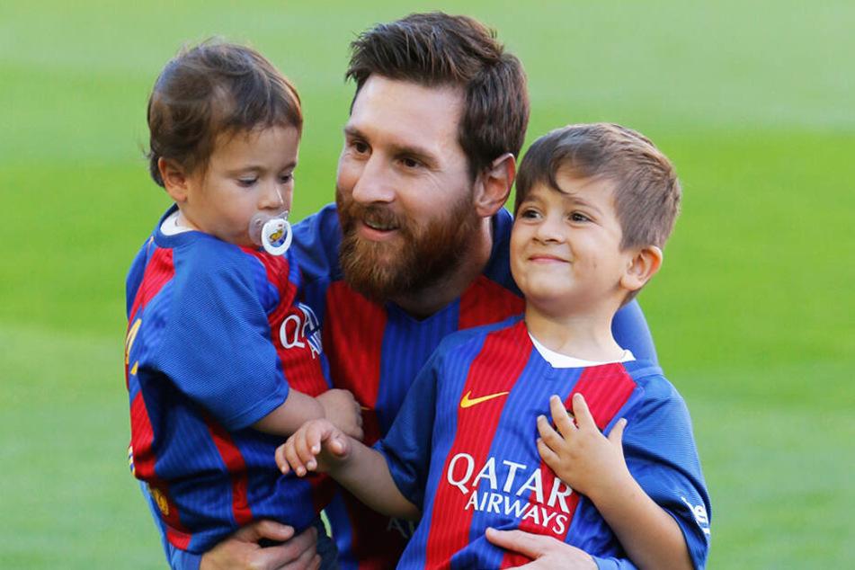 Lionel Messi und seine Söhne Mateo (li.) und Thiago (re.) im Camp Nou vor zwei Jahren. Inzwischen hat die Familie Messi weiteren Zuwachs bekommen. Söhnchen Ciro kam vergangenes Jahr zur Welt.