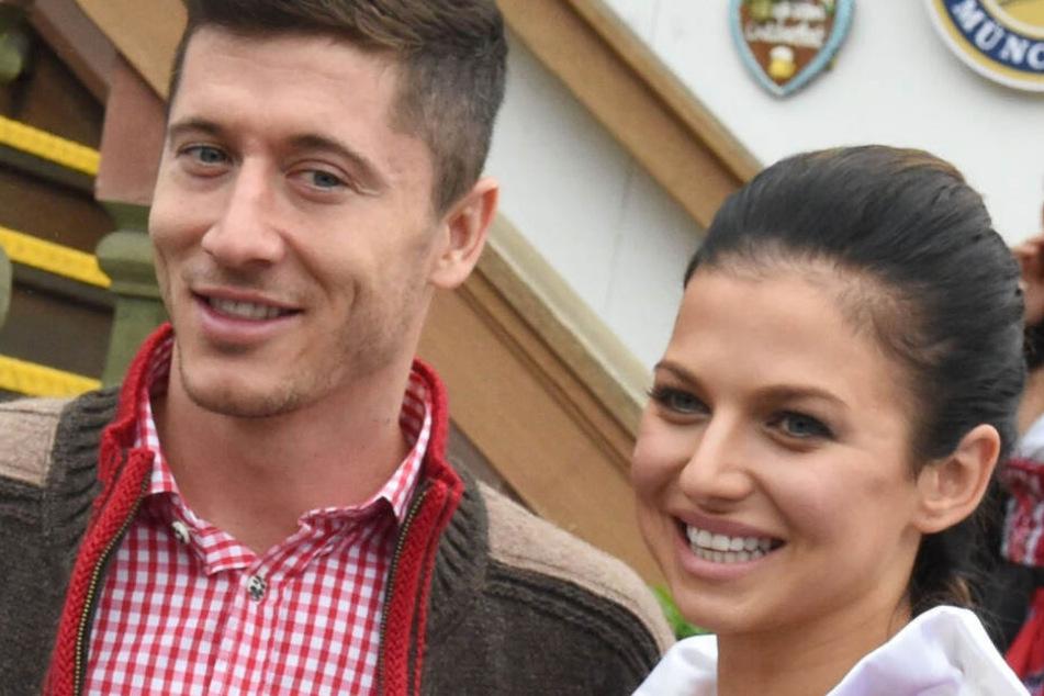 Der Spieler des Fußball-Bundesligisten FC Bayern München, Robert Lewandowski und seine Frau Anna gehen auf dem Oktoberfest ins Käferzelt.