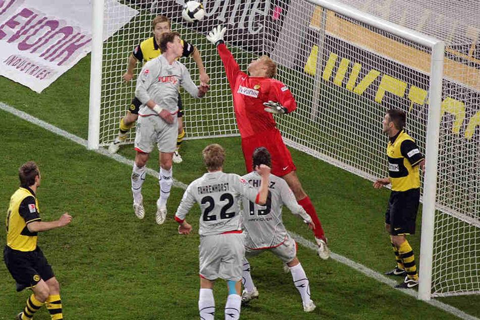 Torhüter Marcel Höttecke (M.) in seinem ersten von fünf Bundesliga-Spielen für Borussia Dortmund. Der BVB unterlag mit 1:3, hier trifft Frank Fahrenhorst (Nr. 22) gegen Höttecke zum zwischenzeitlichen 0:2