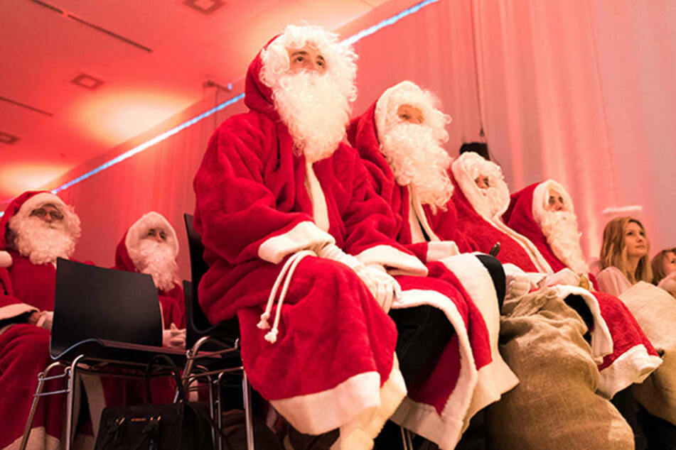 In Rot-Weiß und mit Bart: Erstmals Weihnachtsfrauen im Einsatz