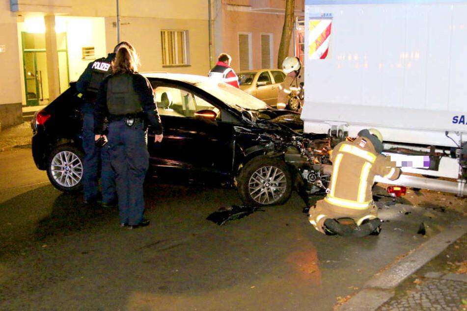 Ein Mann krachte in der Nacht zu Montag mit seinem Auto in einen Laster.