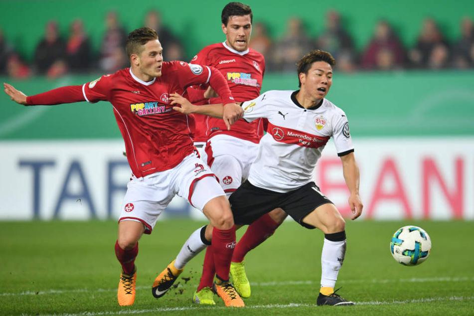 Heftiges Foul im Strafraum: Joel Abu Hanna (1. FC Kaiserslautern) erwischt Takuma Asano.