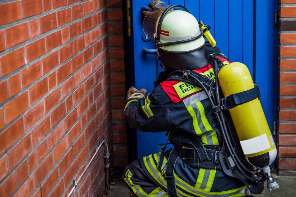 Feuerwehrleute bargen den Mann mit Atemschutz. (Symbolbild)