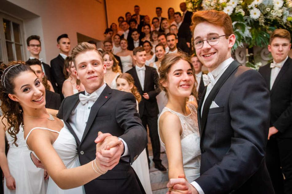 Liebchen fein, komm', tanz mit mir, beide Hände reich ich Dir! Die erkorenen 48 Debütanten waren zwischen 16 und 30 Jahre alt.