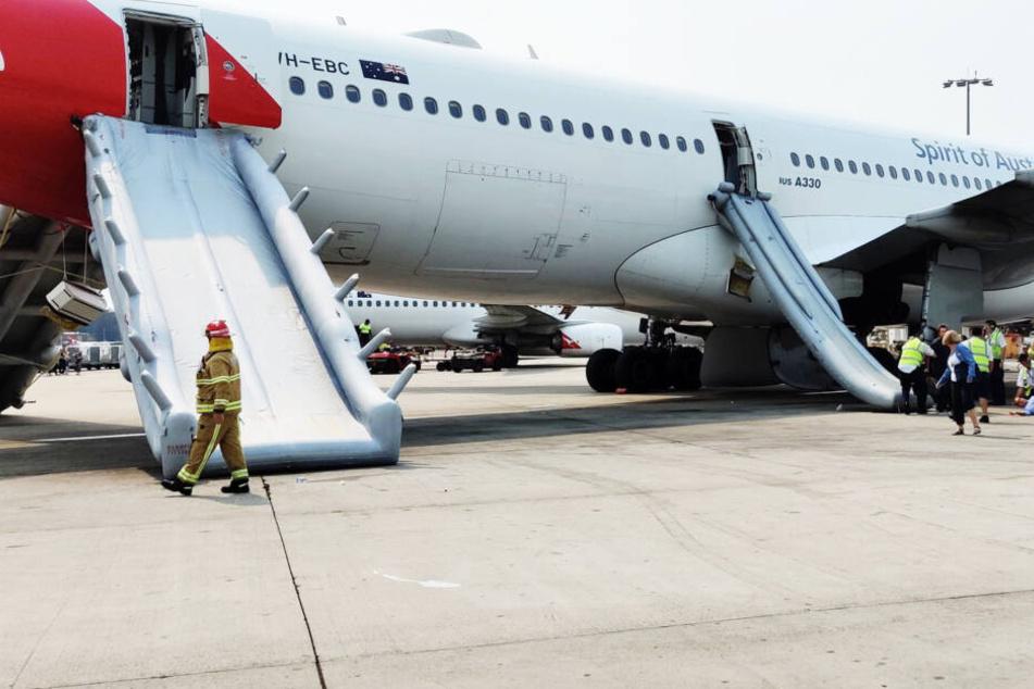 Flugzeug muss evakuiert werden, Panik bricht unter den Passagieren aus