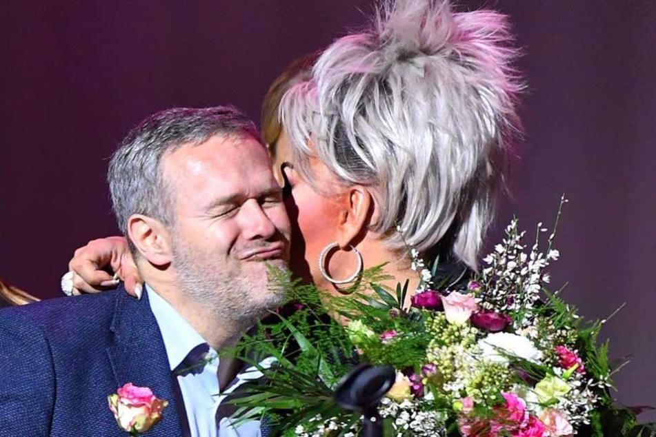 Na, so richtig schmeckte das Küsschen wohl nicht: Dr. Jörg Dittrich bedankte sich bei Gene Pascale für den Auftritt.
