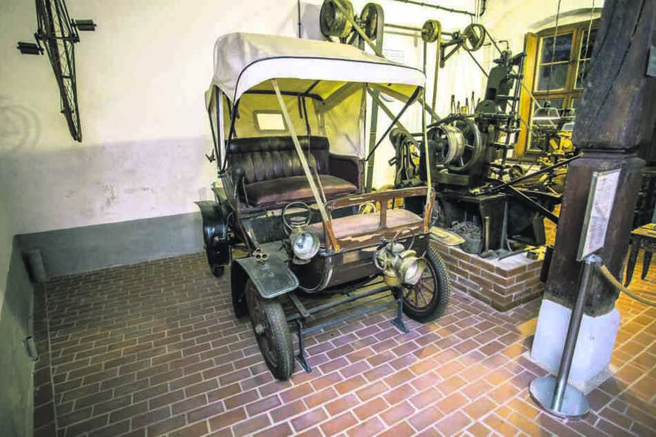Das Verdeck aus Segeltuch bekam das Polymobil 1961 zur 1000-Jahrfeier Wurzens. Seitdem führt das Automobil in der Remise vom Kulturhistorischen Museum eher ein Schattendasein. Eine der vorderen Carbidlampen wurde bereits gestohlen.