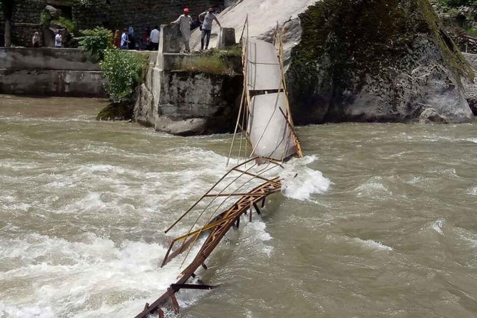 Bei einem Brückeneinsturz im pakistanischen Teil Kaschmirs sind mindestens fünf Menschen ums Leben gekommen.