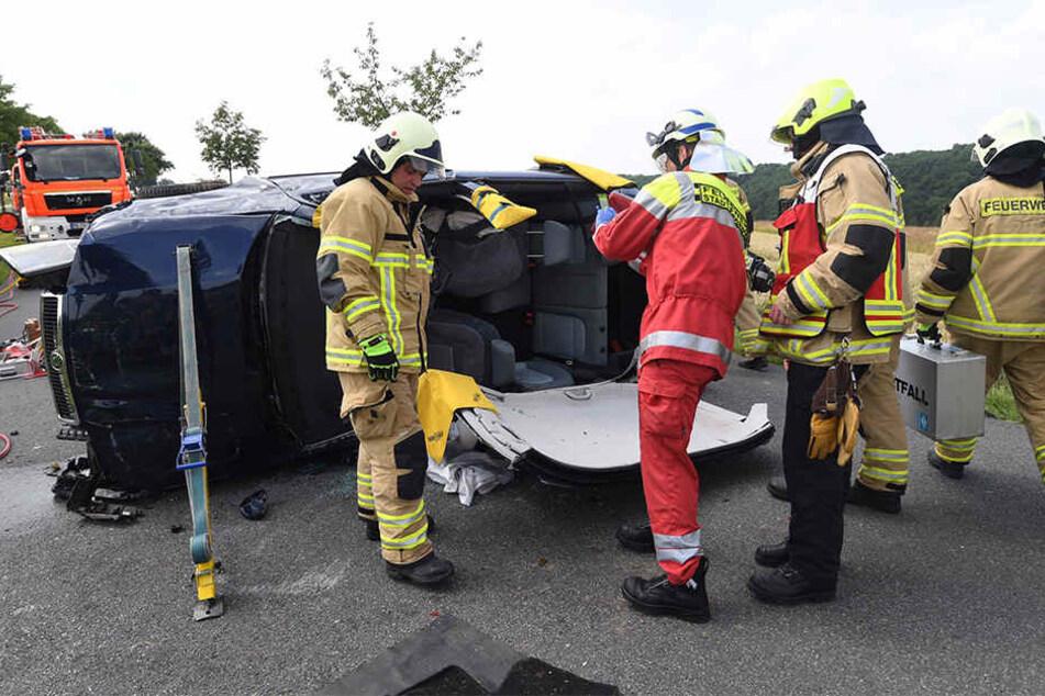 Die Feuerwehr musste das Dach des Soka abtrennen, um die Verletzten zu retten.