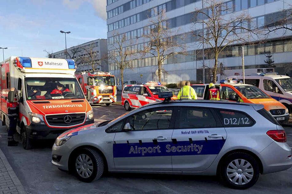 Rettungsfahrzeuge stehen vor Tor 3 am Terminal 1 des Frankfurter Flughafens.