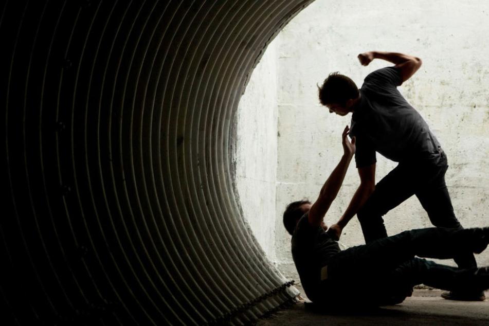 Immer wieder schlugen die Männer auf ihr Opfer ein. (Symbolbild)