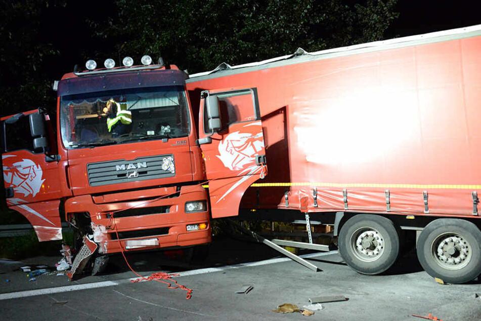 Die Zugmaschine wurde schwer beschädigt. Der Fahrer erlitt leichte Verletzungen.